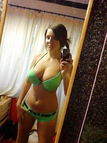 Ich habe schöne große Titten und bei einem tabulosen Sextreffen darfst du mit denen spielen